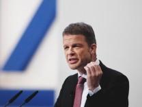 Deutsche-Bank-Chef Christian Sewing spricht auf der Jahreshauptversammlung 2018 in Frankfurt - der Manager kündigte einen massiven Stellenabbau an.