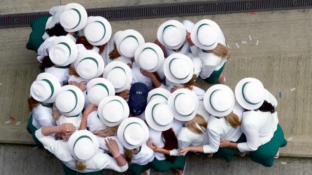Bilder des Tages SPORT Silverstone Northamptonshire UK Sunday 16 July 2017 Grid Girls huddle