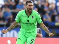 1 FC Saarbruecken TSV 1860 München Münchens Sascha Mölders jubelt nach seinem 0 1 beim Spiel in d