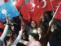 Türkei-Wahl: Anhänger der Regierungspartei AKP von Recep Tayyip Erdoğan schwenken türkische Fahnen auf einer Wahlkampfveranstaltung in Ankara.