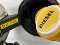 Eine Diesel-Zapfpistole im Tank-Einfüllstutzen eines Autos.
