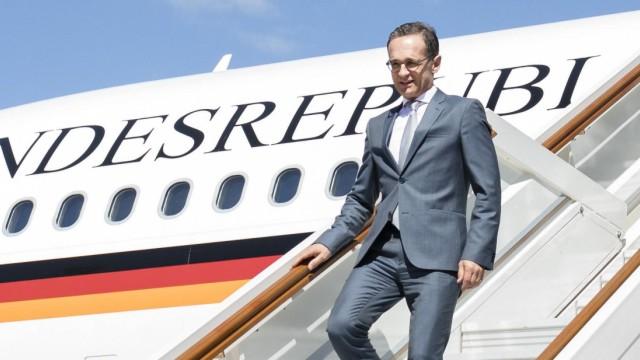 Bundesaussenminister Heiko Maas SPD steigt bei seiner Ankunft in Moskau aus einem Flugzeug der Luf