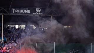 Regionalliga-Relegation 2018: Anhänger von Waldhof Mannheim zünden Pyrotechnik wahrend des Relegation-Rückspiels gegen den KFC Uerdingen.