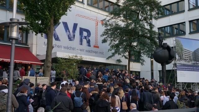 Besucherandrang vor dem Kreisverwaltungsreferat in München, 2017