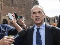 Italien: Der Wirtschaftsexperte Carlo Cottarelli wurde im Mai 2018 von Präsident Sergio Mattarella damit beauftragt, eine Übergangsregierung zu bilden.