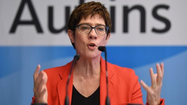 CDU-Generalsekretärin Annegret Kramp-Karrenbauer spricht 2018 auf dem Landesparteitag der CDU Bremen.