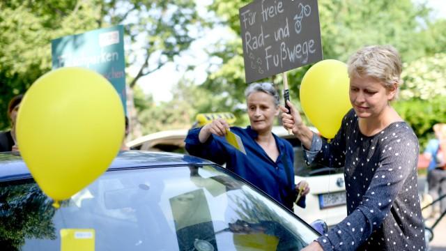 Luftballons und gelbe Karten: VCD-Aktion gegen Falschparker auf Radwegen.