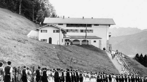NS-Jungbauern mit ihren Mädchen vor dem Berghof auf dem Obersalzberg, 1937