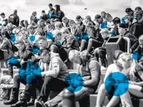Smartphones verkörpern die moderne Form des Medienkonsums - doch gibt es tatsächlich eine Smartphone-Sucht und stellt diese wirklich eine Gefahr dar?