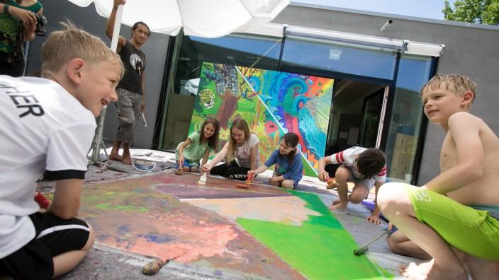Kleine Künstler machen im Rahmen des Ferienprogramms  ein großes Kunstwerk. Neuperlach, Feierwerk Südpolstation, Gustav-Heinemann-Ring 19,
