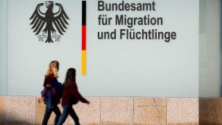Zwei junge Frauen gehen am Bundesamt für Migration und Flüchtlinge (Bamf) in Berlin vorbei - die Behörde steht 2018 aufgrund der Bremer Asyl-Affäre unter Druck.