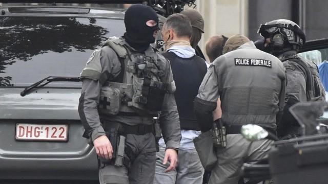 Nach einem Attentat in der belgischen Stadt Lüttich untersuchen Polizisten den Tatort - vier Menschen kamen dabei ums Leben.