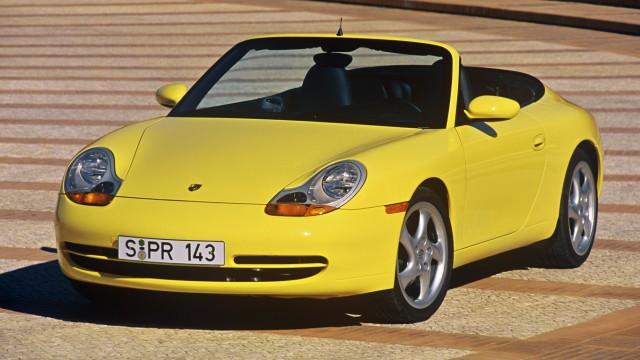 Gelbes Porsche 911 Cabrio, Baureihe 996, in der Frontansicht