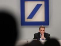Christian Sewing, Vorstandsvorsitzender der Deutschen Bank, während der Hauptversammlung - 2018 stufte die Ratingagentur Standard & Poor's die Bonitätsnote der Bank herab.