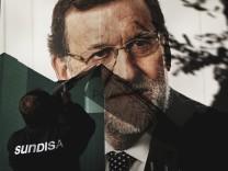Spaniens Ministerpräsident Mariano Rajoy auf einem Plakat - nach einem Misstrauensvotum 2018 wurde der Regierungschef vom spanischen Parlament abgewählt.