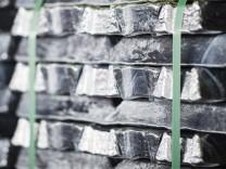 Aluminiumbarren in einem Lager in Essen - durch die von Donald Trump verhängten US-Strafzölle 2018 werden die Einfuhren von Aluminium und Stahl in den USA deutlich teurer.