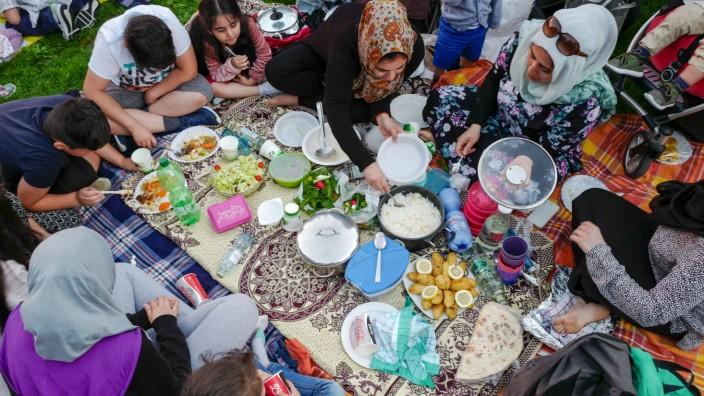 Münchner Muslime beim Fastenbrechen im Luitpoldpark in Schwabing