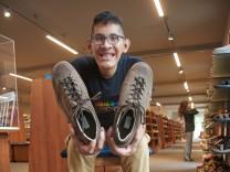 Der Mann mit den größten Füßen der Welt trägt Größe 68