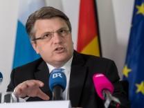 Justizminister Bausback auf der Pressekonferenz zur Bekämpfung von Extremismus und Terrorismus