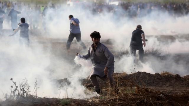 Proteste im Gazastreifen: Palästinensische Demonstranten versammeln sich bei Zusammenstößen gegen israelische Sicherheitskräfte.