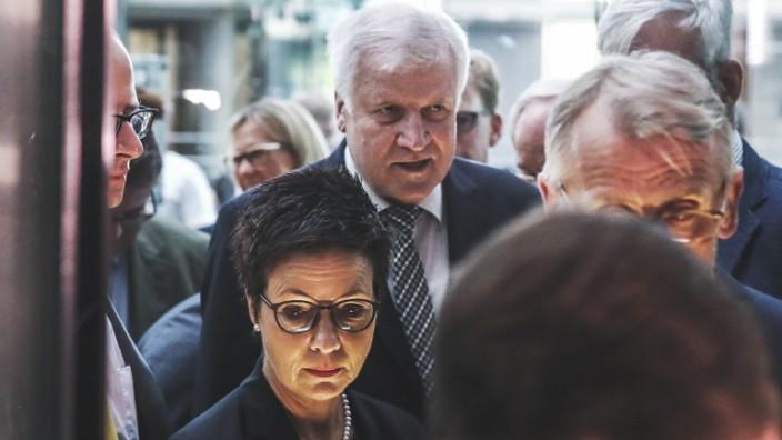 Bamf-Skandal: Bundesinnenminister Horst Seehofer (CSU) und Bamf-Chefin Jutta Cordt kommen zur Sondersitzung des Bundestags-Innenausschusses zur Bamf-Affäre.