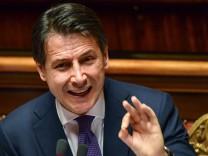 Italien Ministerpräsident Giuseppe Conte spricht 2018 im Senat in Rom bei seiner Antrittsrede - der neue Premier fordert tief greifende Reformen.