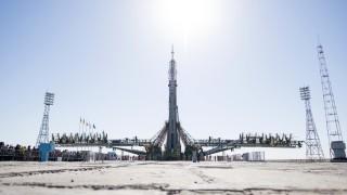 Sojus-Rakete für ISS-Mission in Baikonur aufgerichtet