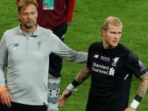 Jürgen Klopp und Torwart Loris Karius vom FC Liverpool nach dem verlorenen Champions-League-Finale 2018 gegen Real Madrid.