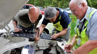 ADAC-Pannenhelfer, auch Gelbe Engel genannt, reparieren einen Oldtimer.