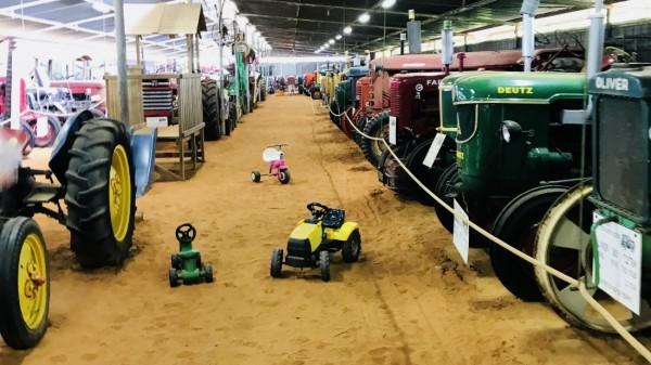Sammlung alter Traktoren und Landmaschinen in Israel.