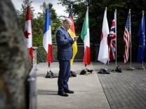 Bundesfinanzminister Olaf Scholz SPD telefoniert in einer Sitzungspause beim G7 Treffen der Finanz