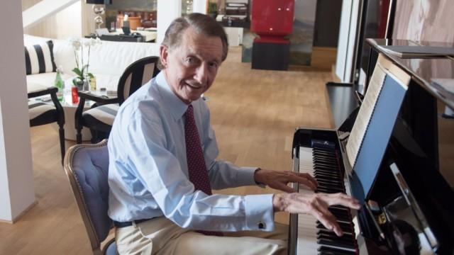 Der Pianist Josef Bulva in seiner Suite im Hotel Vier Jahreszeiten.