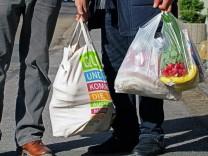 Alternative Stoffbeutel statt Plastiktüte: 2018 hat sich die Zahl der Plastiktüten in Deutschland im Vergleich zu 2016 halbiert.