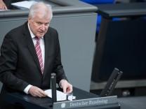 Innenminister Horst Seehofer (CSU) spricht im Deutschen Bundestag über die geplante Neuregelung des Familiennachzugs für Flüchtlinge.