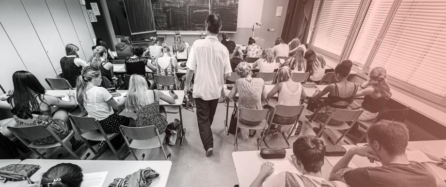 Schulunterricht in Baden-Württemberg - die AfD möchte stärker auf den Schulbetrieb einwirken und gegen negative Meinungen über die Partei vorgehen.