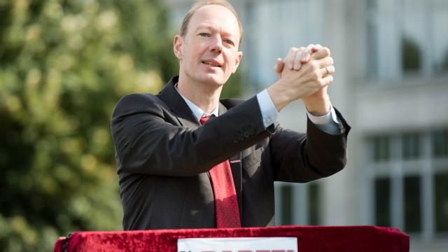"""Martin Sonneborn, Vorsitzender der Partei """"Die Partei"""", spricht 2013 in Berlin."""