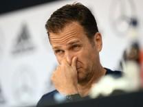 Oliver Bierhoff bei einer Pressekonferenz 2018 in Eppan, Südtirol - der DFB-Teammanager möchte die Diskussion um Mesut Özil und Ilkay Gündogan beenden.