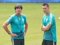 Bundestrainer Jogi Löw und Ex-Nationalspieler Miroslav Klose bei der WM-Vorbereitung der Deutschen Nationalmannschaft 2018 in Eppan (Südtirol).