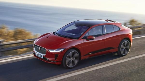 Das neue Elektroauto Jaguar i-Pace fährt auf einer Küstenstraße am Meer entlang.
