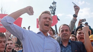 Bilder des Tages MOSCOW RUSSIA MAY 5 2018 Opposition activist Alexei Navalny front and demons