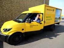 Achim Kampker, Geschäftsführer der Streetscooter GmbH, posiert in einem Elektrofahrzeug der Deutschen-Post-Tochter DHL.