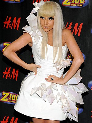 Lady Gaga: Skandal-Kleid im Museum - Die amerikanische Dance ...
