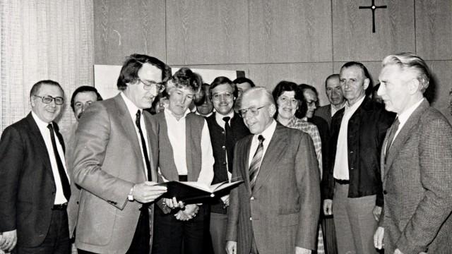 1978 Der neue Aschheimer Gemeinderat mit Vertretern aus beiden Ortsteilen, u.a. der spätere BGM Helmut Englmann (3. von links) mit dem Eingemeindungsvertrag, Georg Hornburger (Dornach, Mitte mit Krawatte), BGM Franz Ruthus