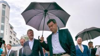 Zu Besuch in der Flüchtlingsunterkunft in Waldkraiburg: Ministerpräsident Markus Söder und Innenminister Joachim Herrmann.