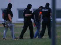 Nach seiner Rückkehr nach Deutschland führen Polizeibeamte den Tatverdächtigen Ali B. in Wiesbaden zu seiner Vernehmung.