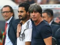 Ilkay Gündogan mit Bundestrainer Joachim Löw vor seiner Einwechslung beim Freundschaftsspiel gegen Saudi-Arabien 2018 in Leverkusen.