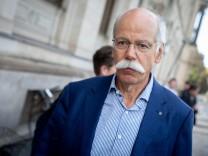 Daimler-Chef Dieter Zetsche verlässt das Bundesverkehrsministerium - der Konzern muss im Abgasskandal 238.000 Autos zurückrufen.
