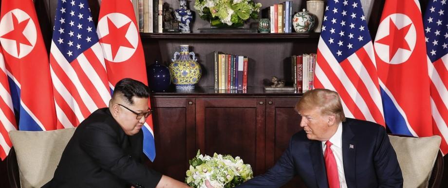 US-Präsident Donald Trump und Nordkoreas Führer Kim Jong-un reichen sich beim Gipfeltreffen 2018 in Singapur die Hand.