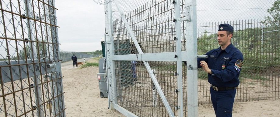 170428 ROSZKE April 28 2017 A Hungarian police closes the gate to the road between the dou