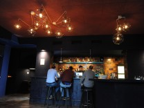 Die Bar Schwarzer Dackel liegt in der Schwanthalerstraße im Westend.
